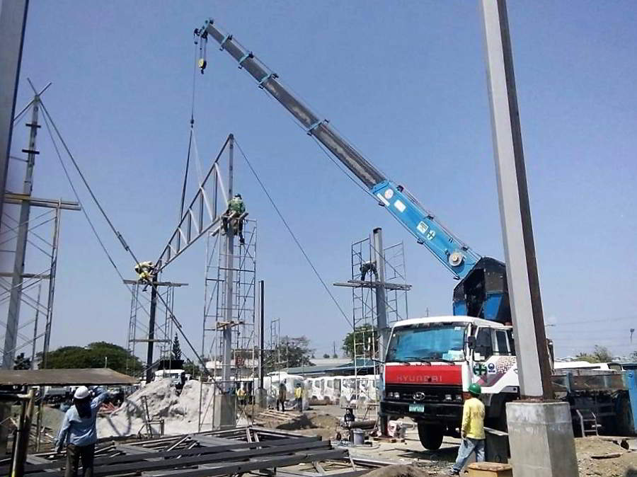 Boom Truck Used in Erection of Trusses in Pilipinas Hino